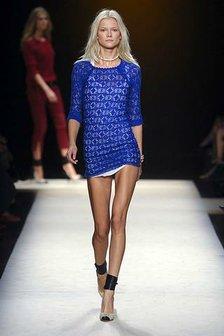 Синее короткое вязаное летнее платье (связанное крючком)